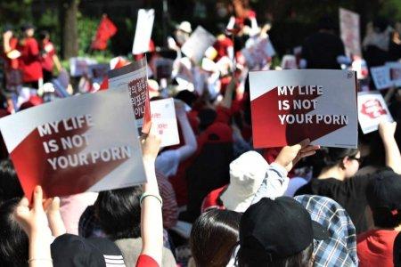 Jihokorejská veřejnost protestuje za přístup k pornu.