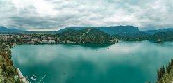 Pohled z hradu na Bledské jezero.