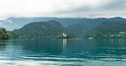 Pohled z Bledského jezera na Bledský ostrov.