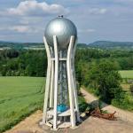 Vodojem ve tvaru fotbalového poháru vévodí krajině u Turnova