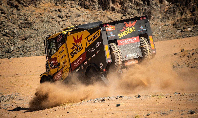 Dakar 2020: Martin Macík a jeho tým měnili rekordních devět pneumatik