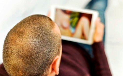 Koukáte na porno? Mozek vám změní strukturu a postupně zdětinští