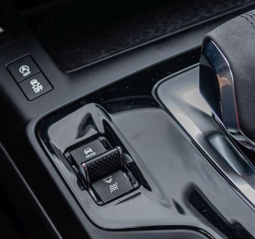 Pro změnu režimu jízdy slouží speciální přepínač.
