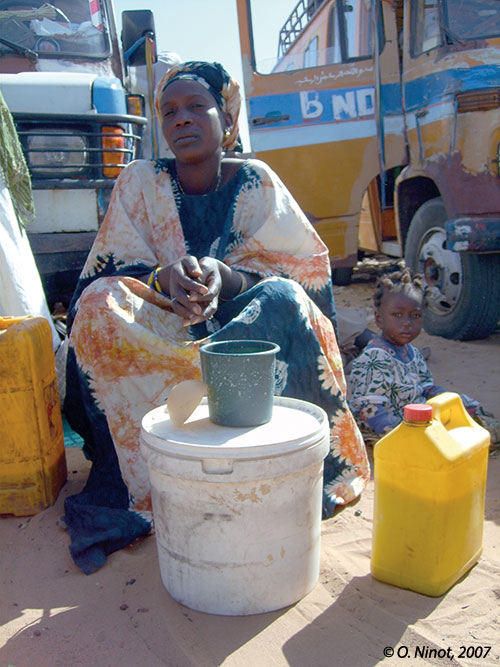 Sénégal-La filière lait, du global au local-Production nationale et unités laitières-Vendeuse de lait à Dahra