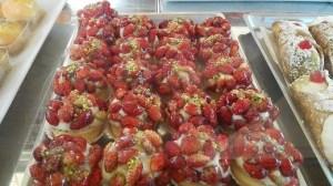 dolci tipici siciliani con fragoline dell'Etna - Pasticceria Condorelli Ortiggia Siracusa