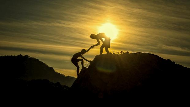 personas-escalando-ayuda