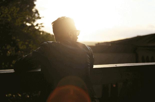 amanecer-hombre-balcon