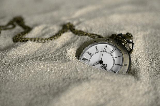 reloj enterrado arena