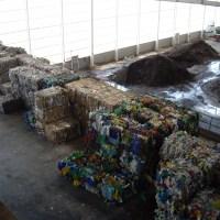 plásticos, metales, materia orgánica, papel y cartón, recuperados en una planta de clasificación de residuos