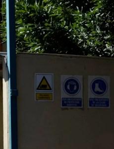 Carteles con avisos de seguridad sobre el uso obligatorio de equipos de protección individual