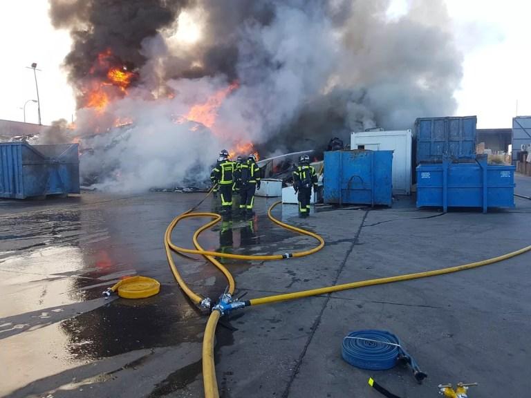 Incendio de productos para reciclar: Perdemos materiales y contaminamos el aire.