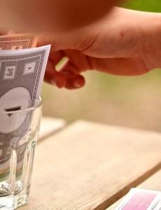 imagen en la que aparecen billetes del juego de mesa Monopoly