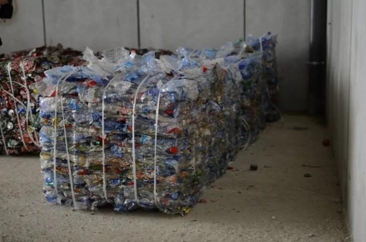 envases de plástico recuperados y listos para el reciclaje