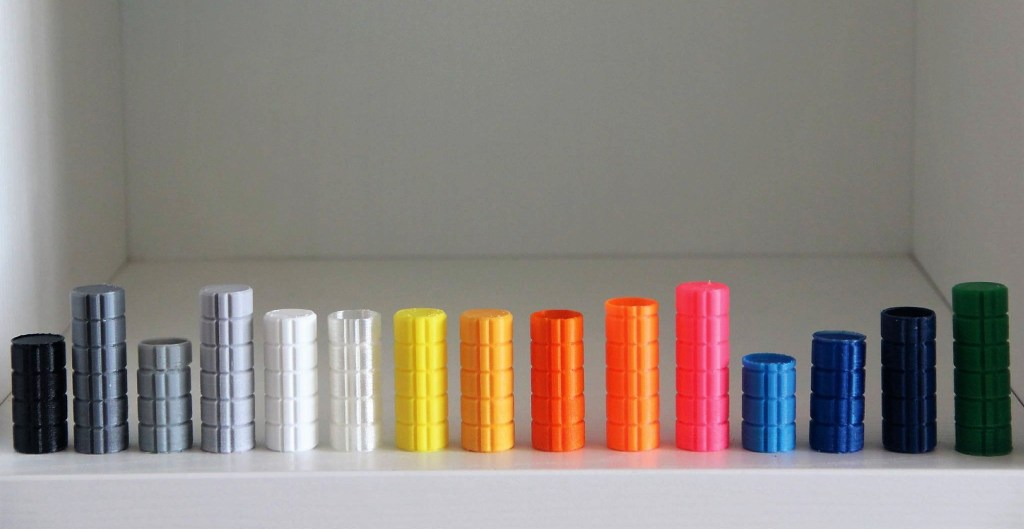 Foto mostrando cores de filamentos de plástico para impressão 3d
