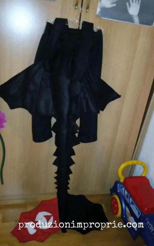 La coda è fissata sul retro di un pantalone in pile a cui ho cucito le bretelle per sostenere il peso della coda.