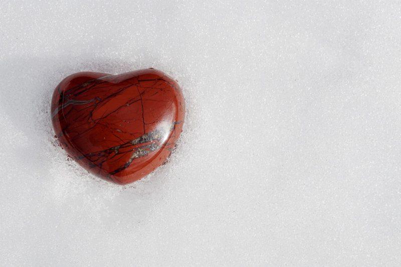 Coeur rouge neige