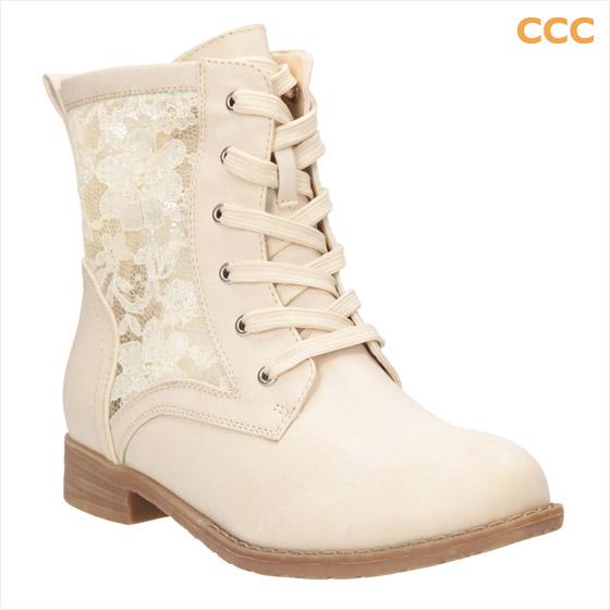 Kotníkové boty CCC ve stylu tradičních workerek oživila módní krajka. (Cena: 899 Kč)