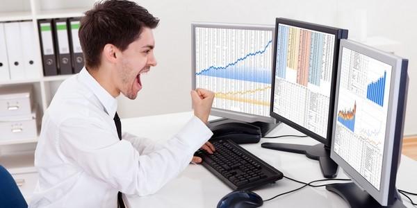 tradeur options binaires devant le pc