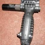 Taktická rukoväť s integrovanou dvojnožkou a baterkou 2