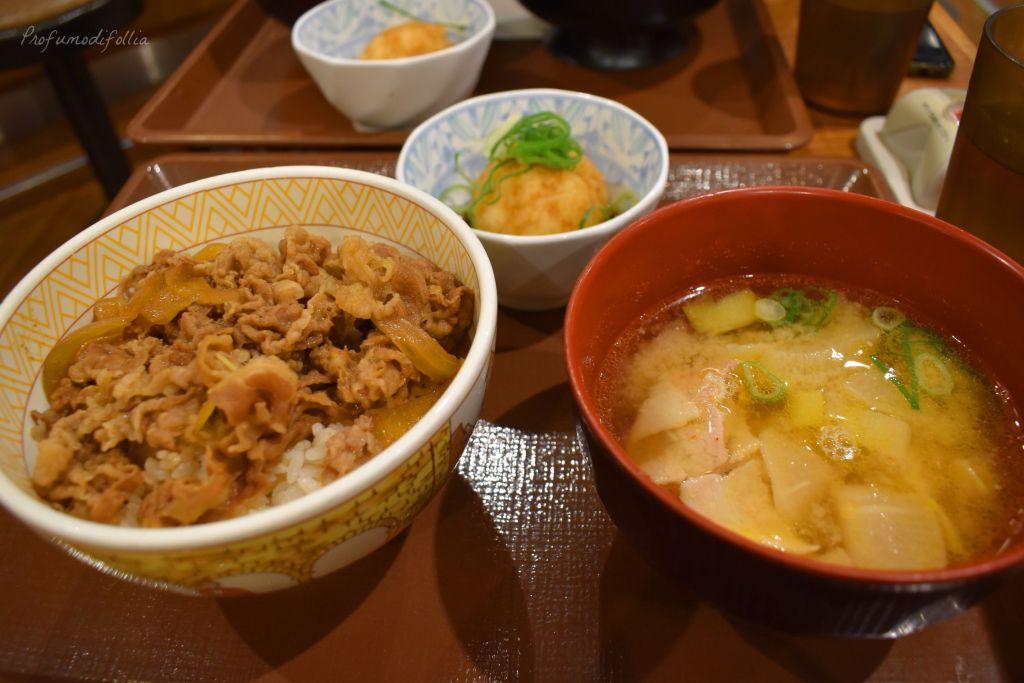 Cena da Sukiya: un gyudon, zuppa di miso di maiale e, in alto, la palla - [Una settimana in Giappone: Osaka]