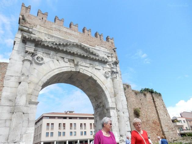 Arco di Augusto e fauna non proprio del posto