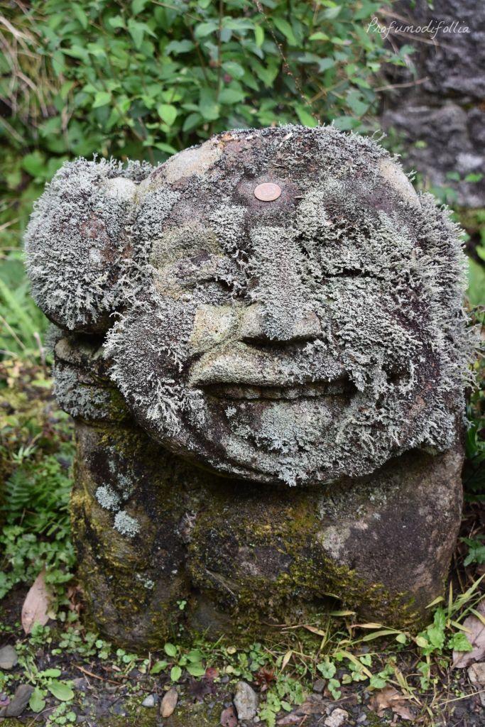 Visita ad Arashiyama: un rakan sorridente in primo piano con una moneta in fronte