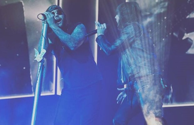 "Watch AVENGED SEVENFOLD & LZZY HALE Cover ""Wish You Were Here"" Live"