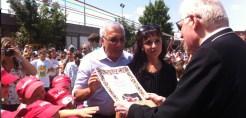 Il Cardinale riceve la pergamena dal presidente Morlino