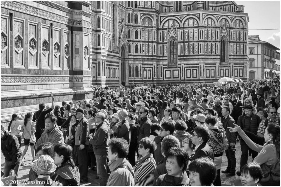 Piazza Duomo gremita di comitive turistiche.
