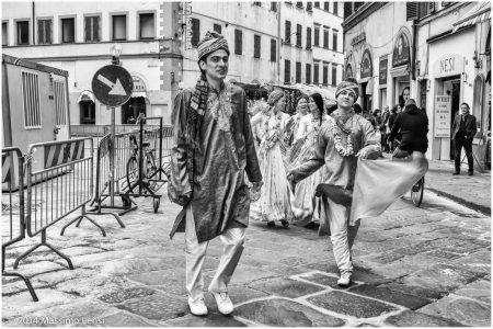 Sfilata di ragazzi e ragazze con i vestiti tradizionali indiani in piazza San Lorenzo.
