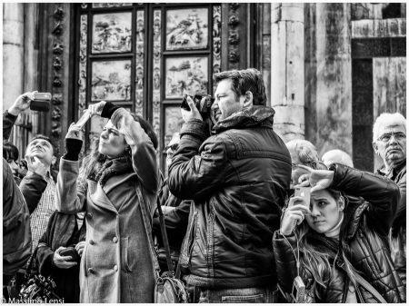 Siepe di turisti intenti a fotografare in Piazza del Duomo a Firenze.