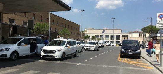 La presenza di auto in sosta costringe le auto a invadere la corsia destinata alla marcia in senso opposto.