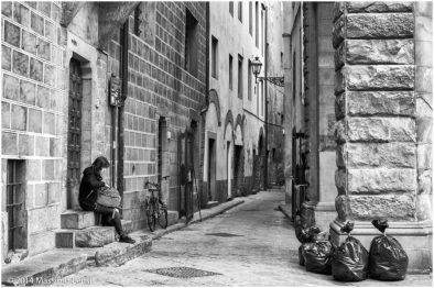 Sacchi di rifiuti in attesa del ritiro in un vicolo swl centro di Firenze.