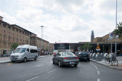 A causa delle auto parcheggiate, autobus e auto sono costretti a invadere la carreggiata opposta.