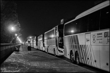 Fila di bus parcheggiati sul lungarno Pecori GIraldi in una sera d' agosto 2018