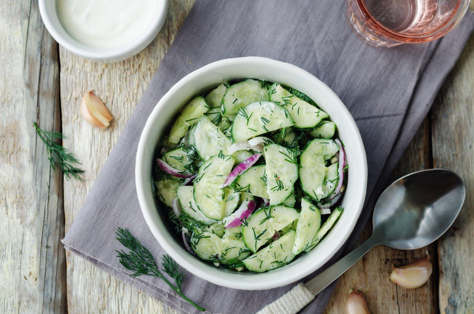 Salade de concombre sauce crémeuse au vinaigre