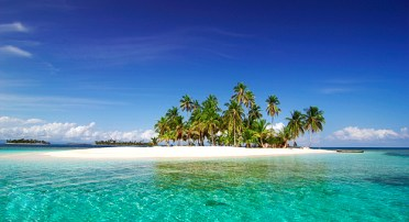 island-in-san-blas-with-palm-trees-and-white-sand-beach