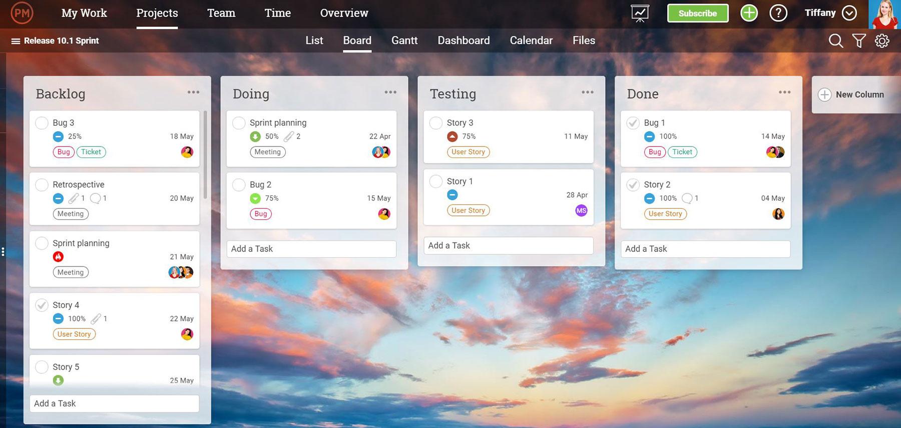 Una captura de pantalla de los tableros kanban de ProjectManager.com, que muestran las tareas como tarjetas en columnas secuenciales que representan las etapas de finalización de un proyecto.