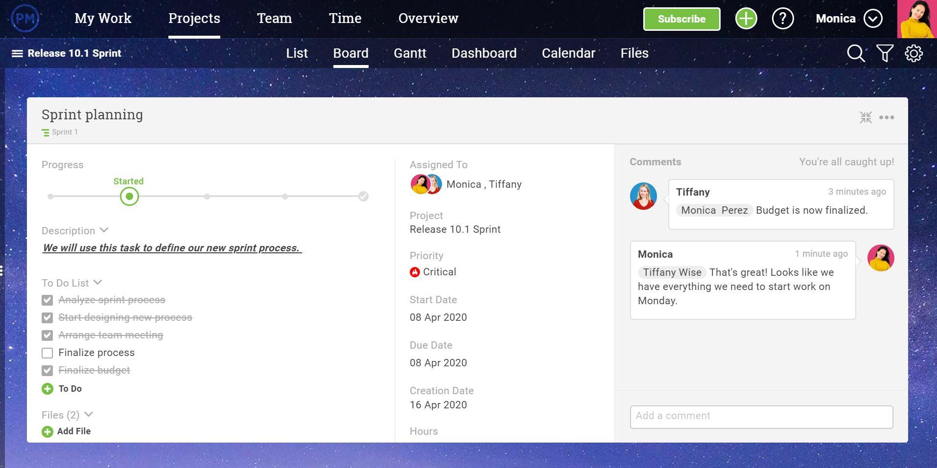 Una captura de pantalla de la interfaz de ProjectManager.com, que muestra una tarea con diferentes miembros del equipo comentando sobre ella.