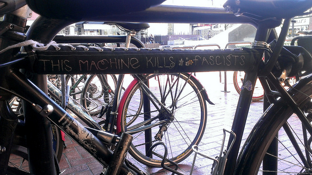 Fiets met grappige sticker 'This machine kills fascists' (Foto: Flickr/Dianne Yee)