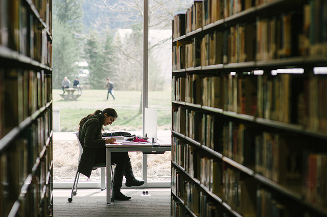 Student in bibliotheek (Foto: Flickr/UNIVERSITY_OF_THE_FRASER_VALLEY_PHOTOGRAPHY)