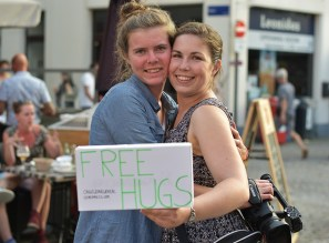 Free hugs op Maanrock 2017