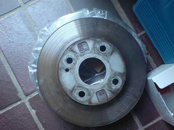 unten 255mm Bremsscheibe (in Folie), drüber 235mm Bremsscheibe