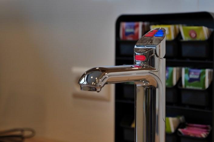 Der Getränkespender im #projektraum42. Heißes Wasser für Tee, kaltes Wasser mit und ohne Kohlensäure.