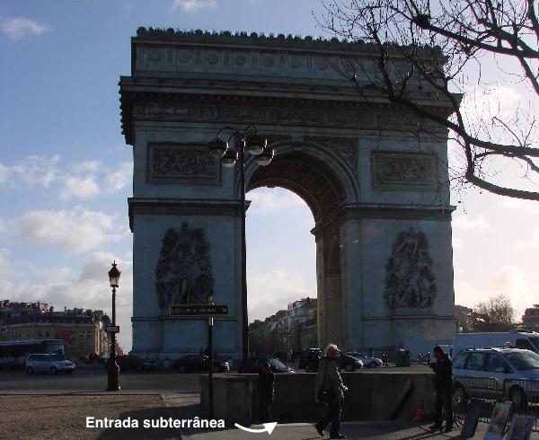 Observe a seta que indica a entrada de acesso ao Arco do Triunfo