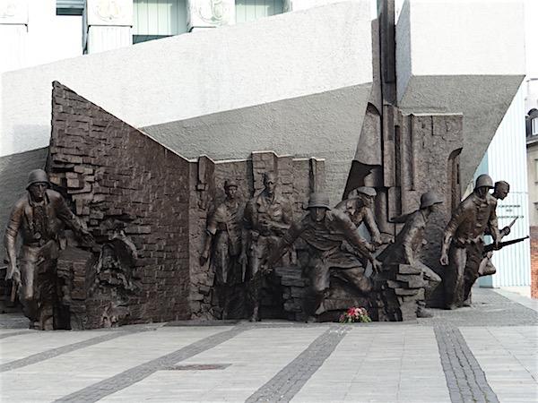 Os insurgentes poloneses saindo para lutar