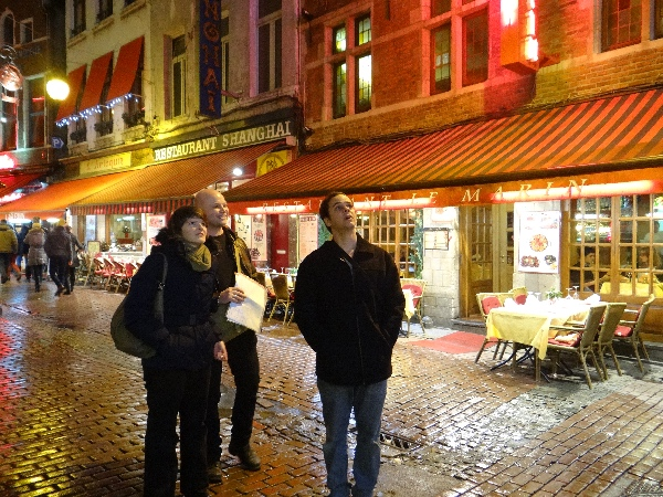 Fabrício e os nossos amigos belgas observando detalhes no centro histórico