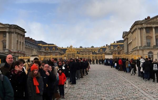 Só entre em uma fila como essa depois de comprar o ingresso no prédio ao lado esquerdo