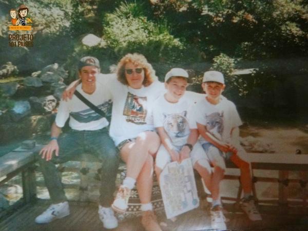 Com a minha família hospedeira na Disneyland, Califórnia (Mar/1995). Notem o cabelo escondido, foto aprovada para mandar para a família no Brasil.