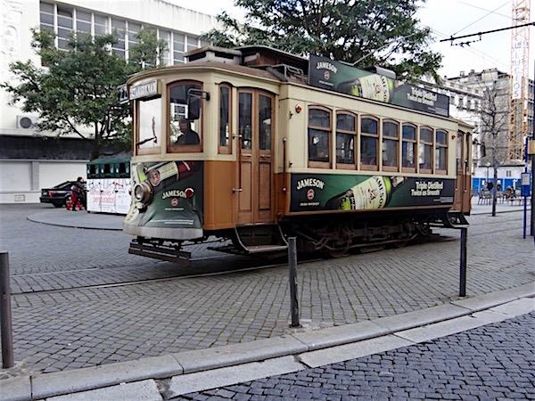 Os elétricos são também a cara de Portugal. Em Lisboa são os amarelos e no Porto esses de madeira.